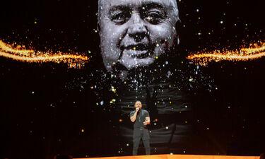 Eurovision 2019: Ουγγαρία: Ξυπόλητος στη σκηνή ο Joci με τον πατέρα του στο video wall (photos+vid)