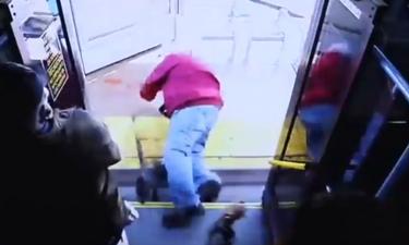 Απαράδεκτο: Γυναίκα έσπρωξε ηλικιωμένο από το λεωφορείο και τον σκότωσε (video)