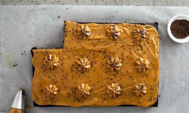 Cake σοκολάτας με επικάλυψη καραμέλα γάλακτος στο 10λεπτο