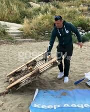 Καθαρίζοντας τις παραλίες στην Κάρπαθο
