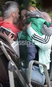 Τον κρατούσε στην αγκαλιά με χαρά