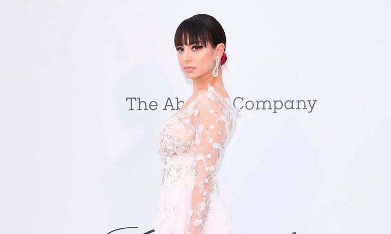 Charli XCX: Η star περπάτησε στο κόκκινο χαλί των Καννών φορώντας δημιουργία Ελληνίδας σχεδιάστριας