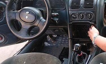 Έκαναν έλεγχο σε αμάξι και άνοιξαν το ντουλαπάκι - Πάγωσαν μ' αυτό που αντίκρισαν! (photos)
