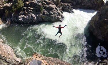 28χρονος βουτά από ύψος σε ορμητικά νερά και κόβει την ανάσα! (photos-video)
