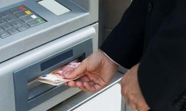 Επικό! Μηχάνημα ATM πετούσε ασταμάτητα χαρτονομίσματα! (photos+video)