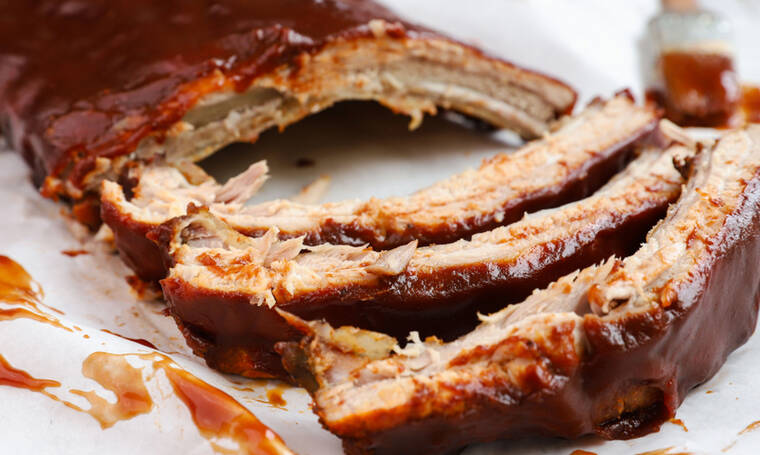 Καραμελωμένα spare ribs με bbq sauce και σαλάτα coleslaw- Υπέροχη συνταγή