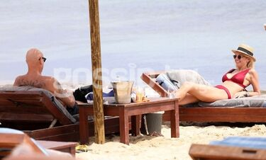Χριστίνα Κοντοβά - Τζώννυ Καλημέρης: Λιάζονται σε παραλία της Μυκόνου (photos)