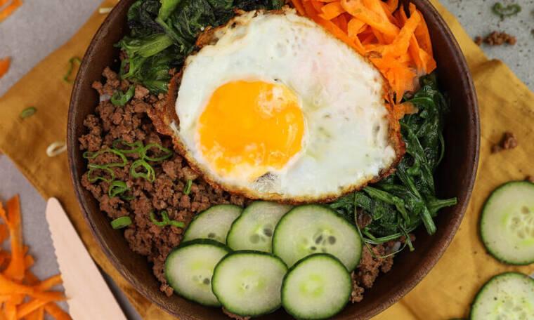 Υγιεινό μπολ (Buddha bowl) με ρύζι, κιμά και αυγό