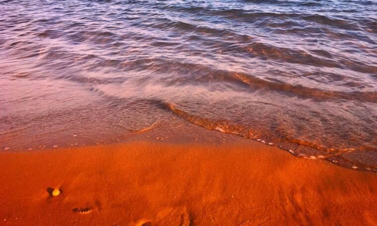Αυτή είναι η πιο ξεχωριστή παραλία της Ελλάδας! Έχει πορτοκαλί άμμο! (photos)
