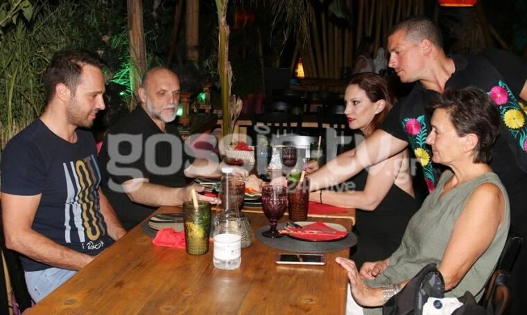 Μέμος Μπεγνής: Βραδινή έξοδος με τη μητέρα του! Πού τους πέτυχε ο φωτογραφικός φακός; (Photos)