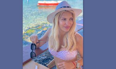Ελένη Μενεγάκη: Αυτό είναι το πρώτο της βίντεο εντελώς άβαφη και με μαγιό από την παραλία!