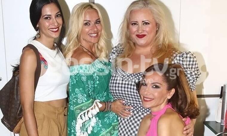 Η Δέσποινα Βανδή υποδέχτηκε τις φίλες της στο καμαρίνι (photos)