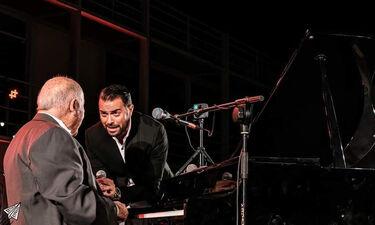 Ηλίας Βρεττός: «Μάγεψε» με τις ερμηνείες του στη συναυλία για τον Μίμη Πλέσσα (video&photos)