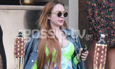 Lindsay Lohan: Χαλαρή και ατημέλητη στη Μύκονο - To total jean look της (photos)