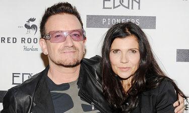 Μύκονος: Ο Bono στα σοκάκια του νησιού αγκαλιά με την σύζυγό του (Video)