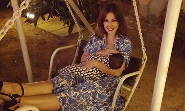 Κατερίνα Παπουτσάκη: Θηλάζει τον γιο της και το δείχνει στο instagram  (photos)