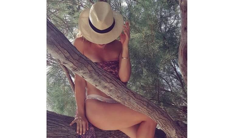 Φόρεσε το μαγιό της και πόζαρε στο δέντρο - Αναγνωρίζετε την Ελληνίδα ηθοποιό; (photos)