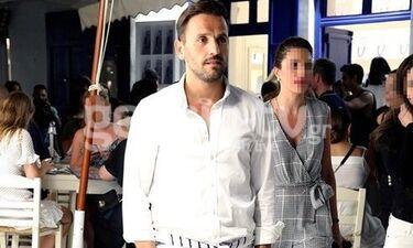 Νίκος Βέρτης: Απολαμβάνει τις διακοπές του στη Μύκονο και βολτάρει στα σοκάκια (photos)