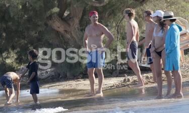 Matthew McConaughey: Συνεχίζει τις οικογενειακές του διακοπές στην Αντίπαρο (Photos)