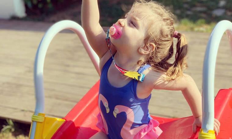 Αυτό το κοριτσάκι είναι κόρη πασίγνωστου Έλληνα τραγουδιστή. Πάει κάπου το μυαλό σας; (pics)