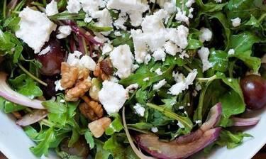 Ο Τσούλης φτιάχνει την πιο νόστιμη σαλάτα με ρόκα, κόκκινα σταφύλια, κατσικίσιο τυρί και αβοκάντο