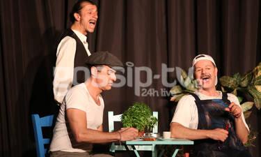 Οι επώνυμοι που παρακολούθησαν την παράσταση «Ανεβαίνοντας τη σκάλα» (photos)
