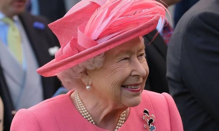 Δεν θα πιστεύετε πώς επιλέγει κάθε πρωί η βασίλισσα Ελισάβετ τι θα φορέσει! (photos+video)