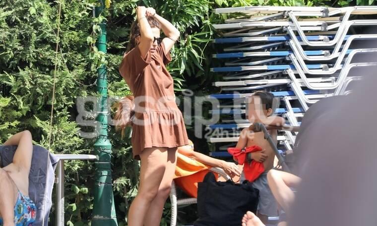 Κατερίνα Παπουτσάκη: Τρυφερές στιγμές με τα παιδιά της στην πισίνα (Photos)
