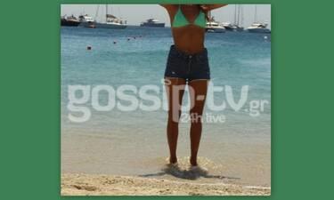 Μύκονος:  Με «καυτό» σορτς στην παραλία – Έτσι όπως θα ήθελες να τη δεις (Photos)