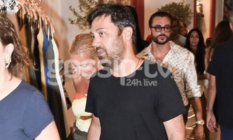 Γιώργος Θεοφάνους: Χαλαρή βόλτα στα σοκάκια της Μυκόνου με τη σύζυγό του (photos)