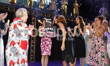 H Δέσποινα Βανδή γιόρτασε τα γενέθλιά της επί σκηνής! Η έκπληξη στο θέατρο Άλσος (Photos)