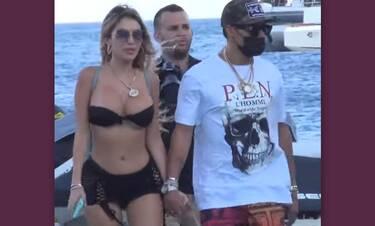Μύκονος: Έφτασε στο νησί με ελικόπτερο, σέξι συνοδό και καλυμμένο πρόσωπο (Video)