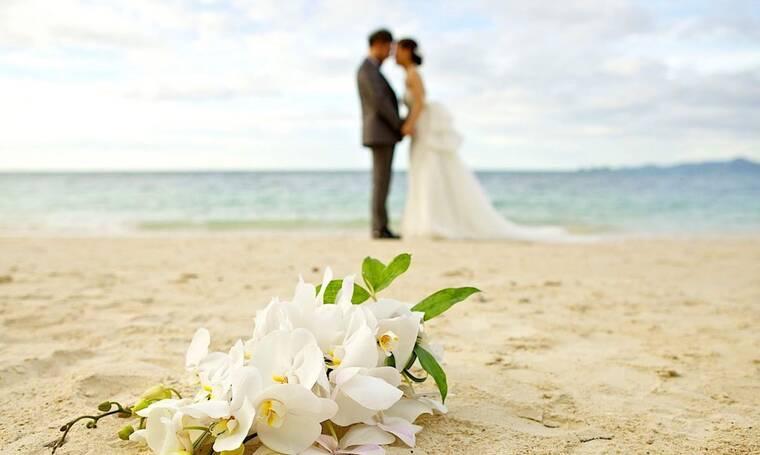 Παντρεύεται στο Δημαρχείο του Ρέντη και μας δείχνει την αναγγελία του γάμου της (photos)