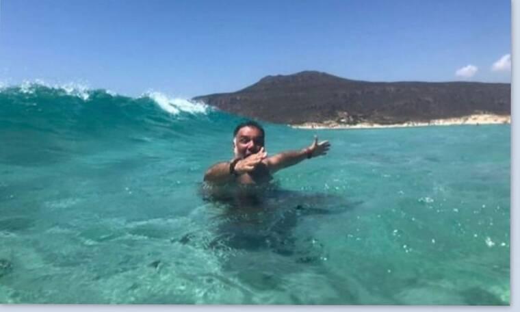 Αρναούτογλου: Τα κύματα και η selfie με τη σύντροφό του (photos)