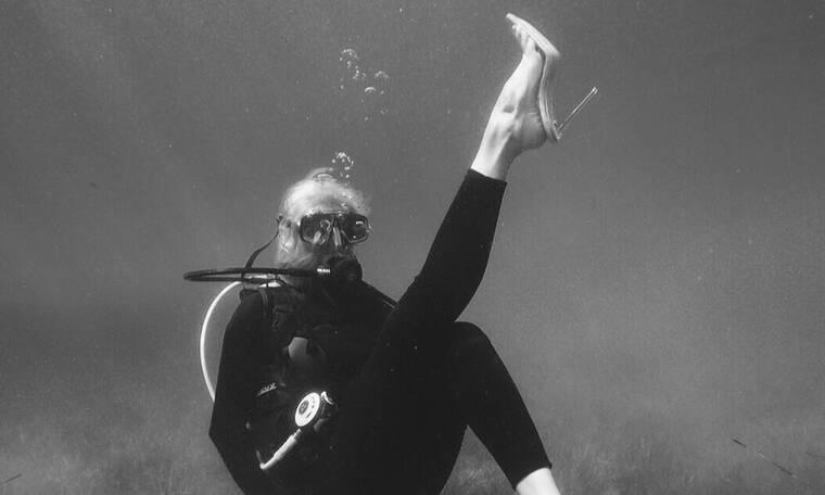 Έκανε scuba diving με… γόβες- Δείτε ποια είναι (photos)