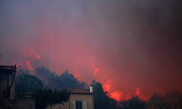Φωτιά Εύβοια: Καίγεται το χωριό Μακρυμάλλη - Στα Ψαχνά κατευθύνονται οι φλόγες
