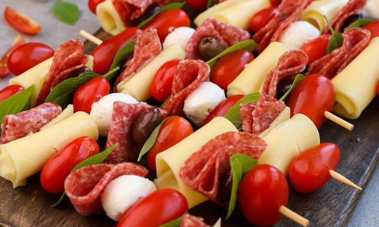 Αυτή τη συνταγή πρέπει να την κάνεις! Σουβλάκια με ντοματίνια & mozzarella