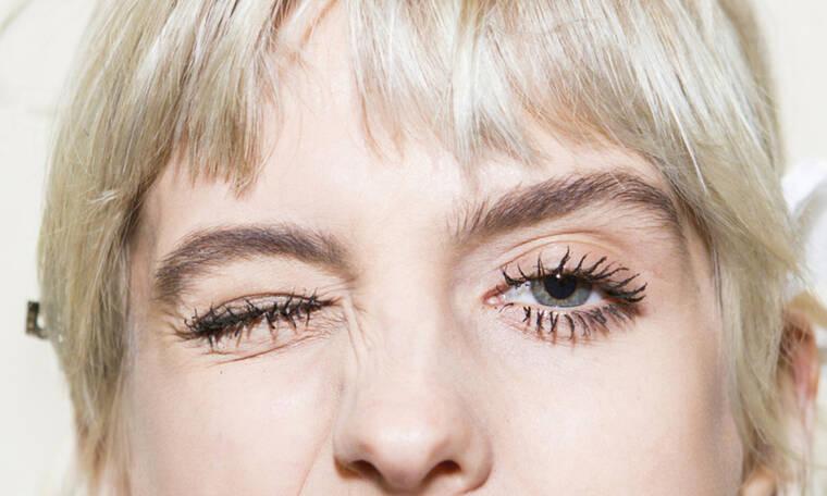 Αν οι βλεφαρίδες σου γεμίζουν κόμπους από τη μάσκαρα ίσως κάνεις αυτό το λάθος…