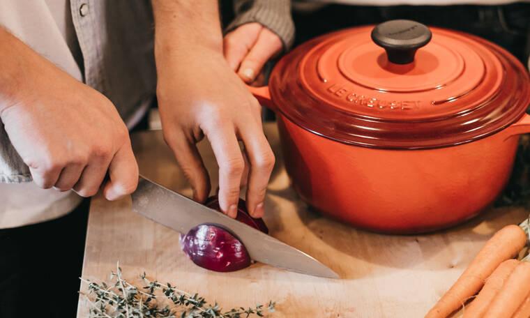 Καθάρισες κρεμμύδι και τα χέρια σου μυρίζουν ακόμη; Δες 5 τρόπους για να τα καθαρίσεις