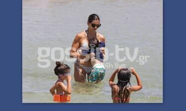Τσιμτσιλή: Παιχνίδια με τα τρία της παιδιά μέσα στη θάλασσα- Έτσι είναι πραγματικά το κορμί της