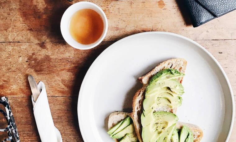 Επιστρέφεις από τις διακοπές και σε έχει πιάσει πανικός; Με αυτές τις 6 τροφές θα χαλαρώσεις