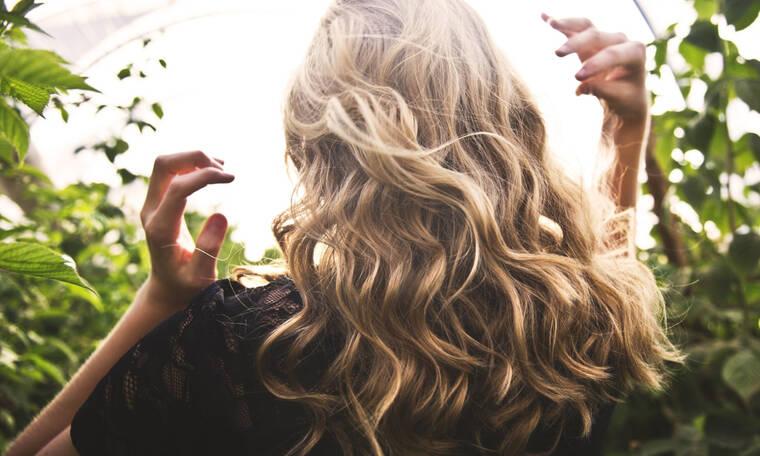 Το κόλπο για να έχεις όγκο στα μαλλιά σου χωρίς φριζάρισμα