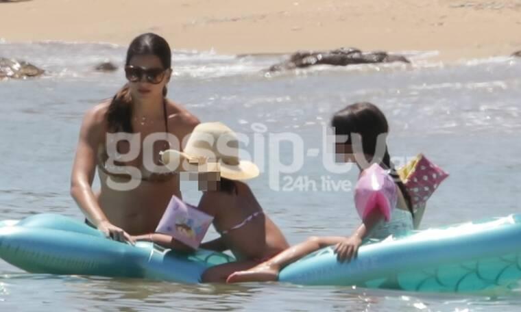 Σταματίνα Τσιμτσιλή: Μοναδικές στιγμές με τις κόρες της μέσα στη θάλασσα (Phptos)