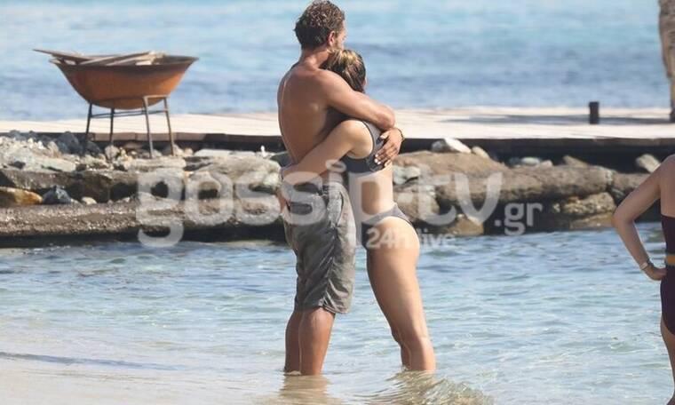 Μύκονος: Τα καυτά φιλιά του ζευγαριού, οι αγκαλιές και τα παιχνίδια στην άμμο (photos)