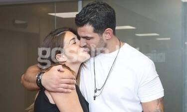 Χατζίδου - Παύλου: Η έξοδος από το μαιευτήριο με την κορούλα τους και τα καυτά φιλιά (photos)