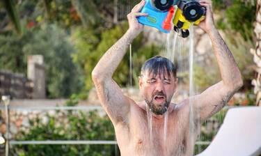 Μάνος Παπαγιάννης: Το ξέγνοιαστο καλοκαίρι και τα παιχνίδια με τα παιδιά του στην πισίνα (photos)
