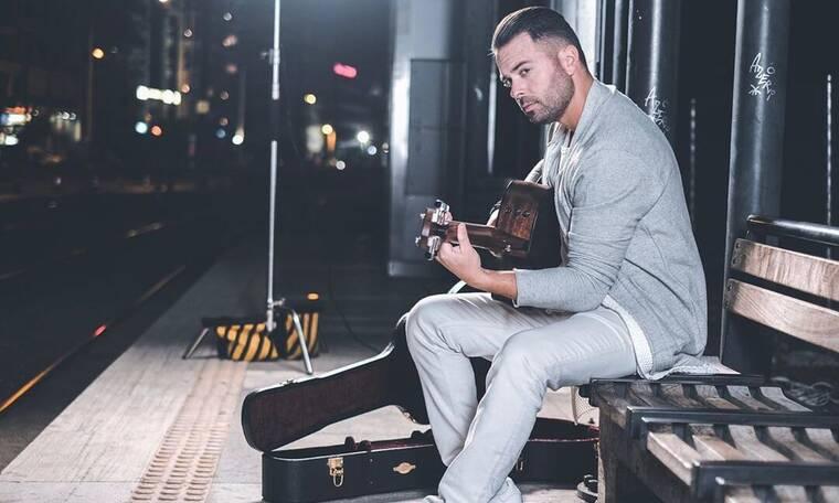Ηλίας Βρεττός: Πιο αισθαντικός από ποτέ μας τραγουδά παίζοντας κιθάρα (video)