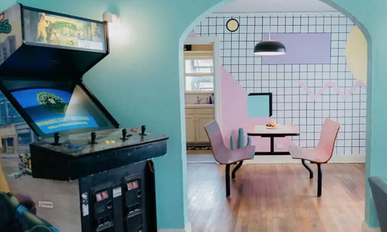 Αυτό το  διαμέρισμα σε μεταφέρει στα '80 με τον πιο colorful τρόπο