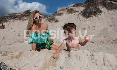Χριστίνα Αλούπη: Παιχνίδια με τον γιο της στην άμμο (photos)