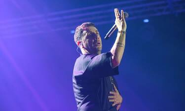O Γιώργος Μαζωνάκης απωθεώθηκε στη συναυλία του - Τα ρούχα του ήταν ένα κι ένα (photos)